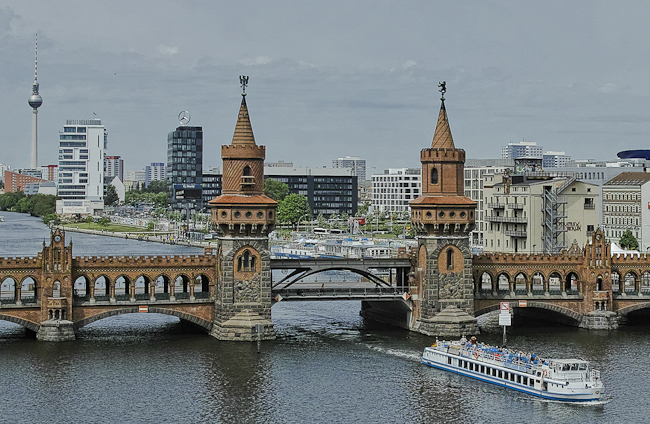 Oberbaumbrücke in Berlin-Friedrichshain berlininfo guided tours Führungen zu Stadtentwicklung in Berlin