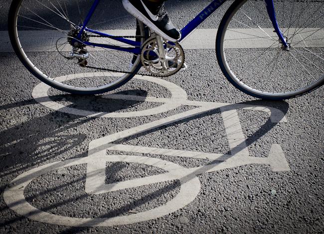 Bike stopping on bike lane with white bike symbol - Photograh: Christian Hajer | berlininfo
