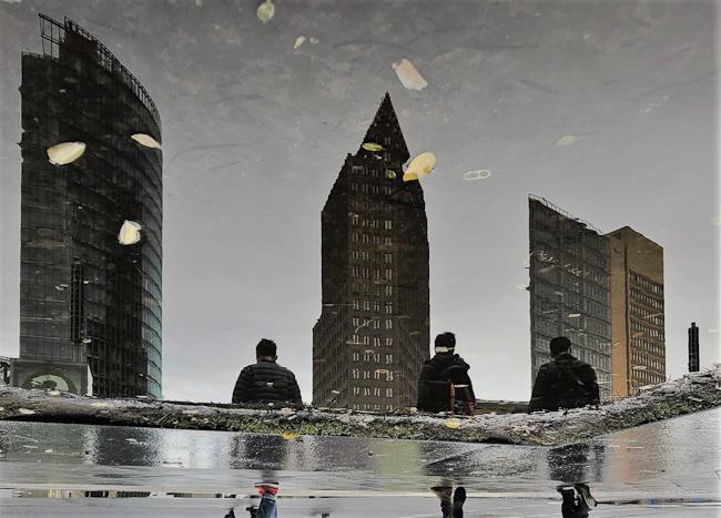 Spiegelung Fussgänger am Postdamer Platz