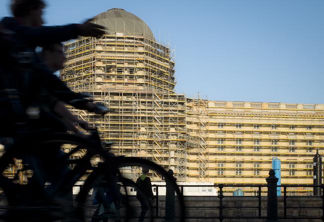 Radfahrer am Berliner Schloss, Eosander Fassade, Schlüter Kuppel, Schinkelplatz, Fahrradtour, biketour