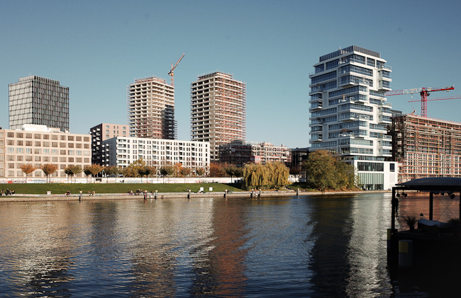 New developments for services and housing at  the waterfront near East-Side -Gallery